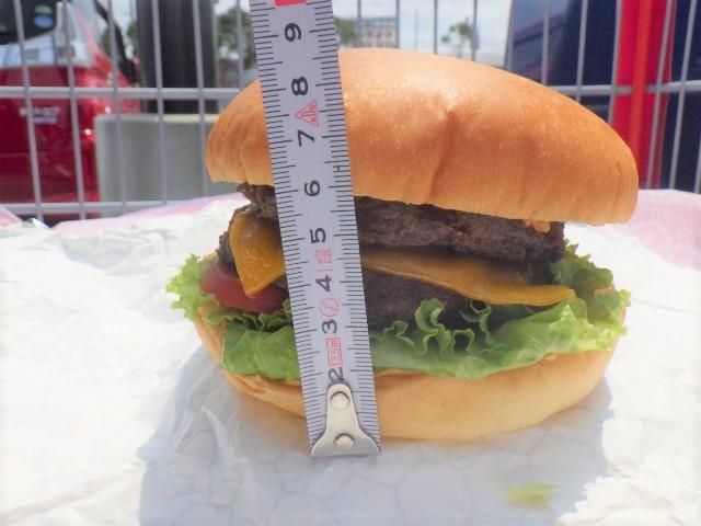 チーズバーガーを横から撮影しメジャーを当てている。8.5センチ。