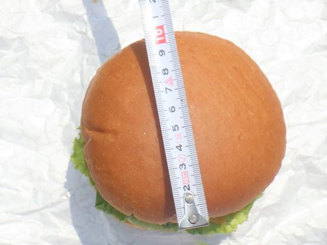 チーズバーガーを上から撮影しメジャーで測る。大きさは10センチ。