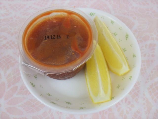 コストコのシュリンプカクテルの付属のタレとレモン