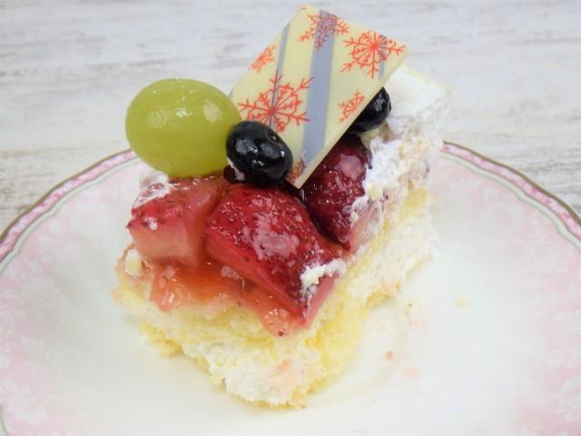 コストコのホリデーフルーツフロマージュケーキの1カットの崩れた写真