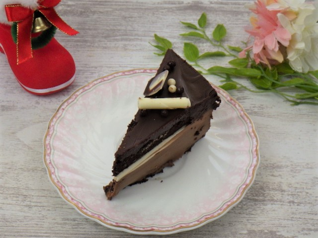 コストコのタキシードケーキを三角にカット