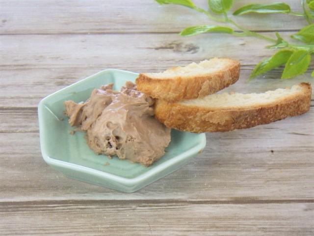 コストコのプロフィットロールデザートのムースをパンにディップ