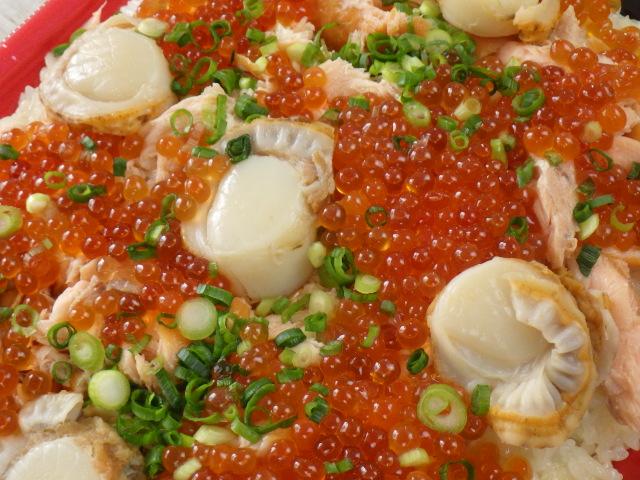 コストコのサーモンいくらちらし寿司の表面のアップ