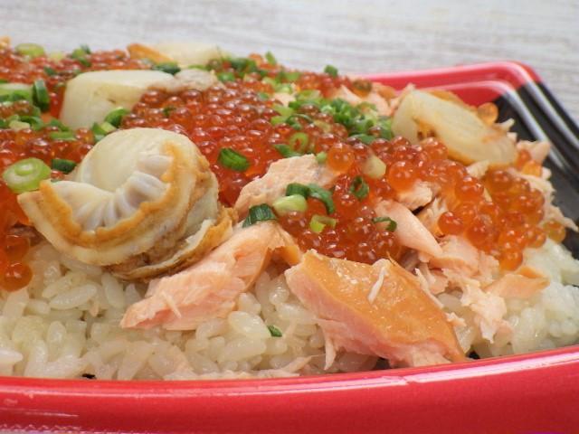 コストコのサーモンいくらちらし寿司の側面