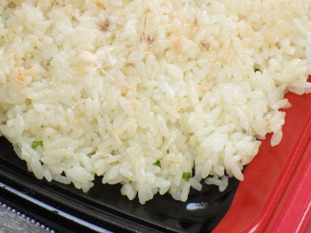 コストコのサーモンいくらちらし寿司の酢飯の色