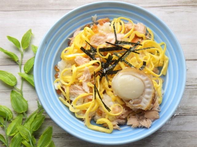 コストコのサーモンいくらちらし寿司に錦糸卵と海苔をトッピング
