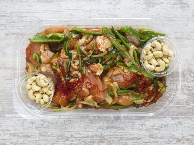 鶏肉カシューナッツ炒めの蓋を外した状態