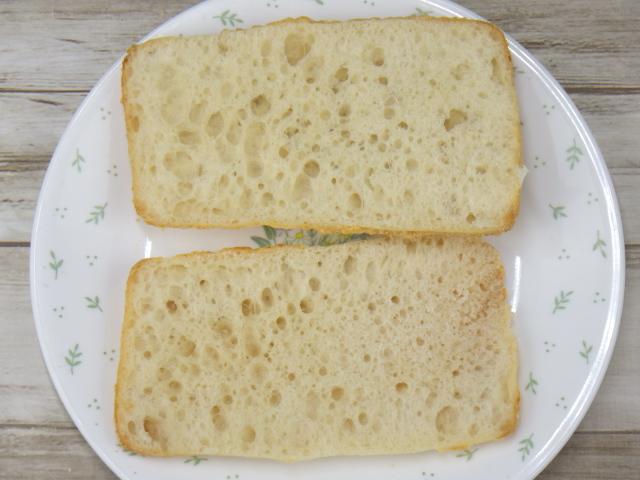 ゴーダチーズブレッドを薄くカット