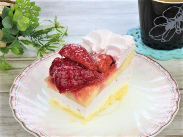 ストロベリーマスカルポーネケーキのワンカット