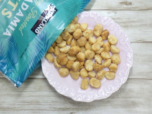 コストコのハニーローストマカダミアナッツを袋からお皿に移す