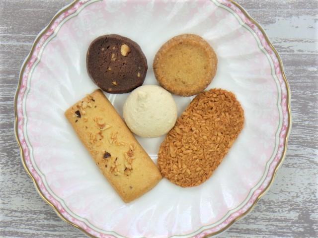 コストコの帝国ホテルクッキーアソートをお皿に盛った写真