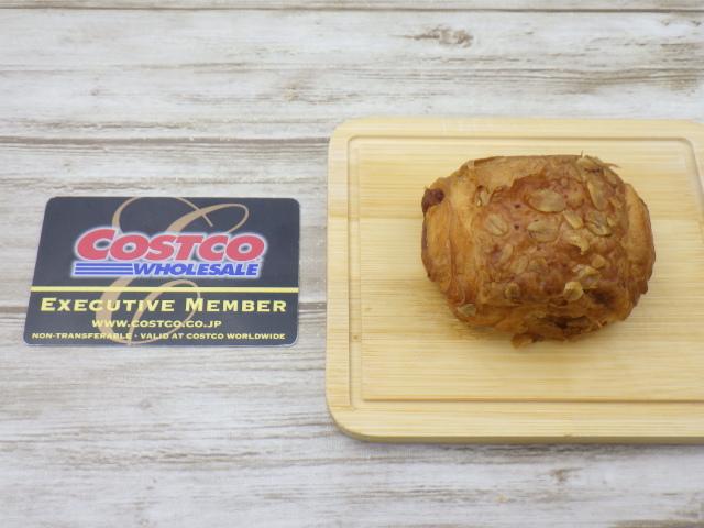 コストコのラズベリー&チーズデニッシュとコストコ会員証のサイズ比較