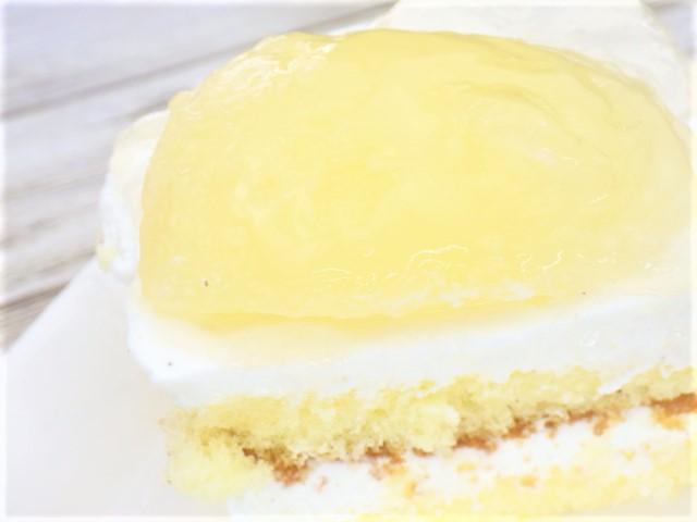 コストコの洋梨パンナコッタムースケーキの1カットのアップ