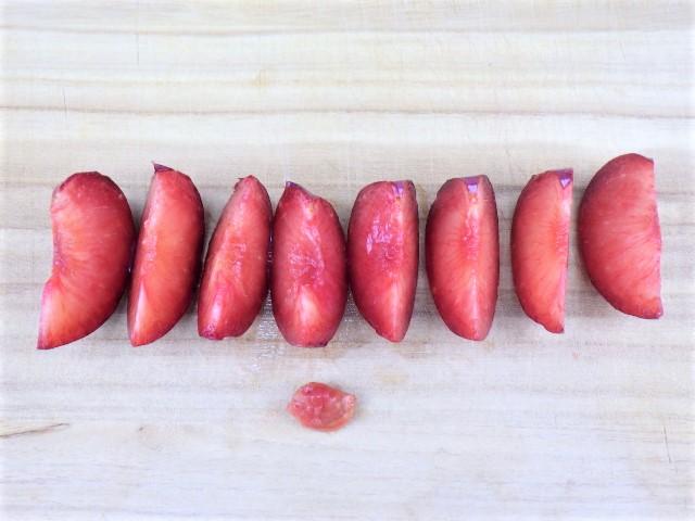 コストコのカリフォルニア産プラムの可食部分と種